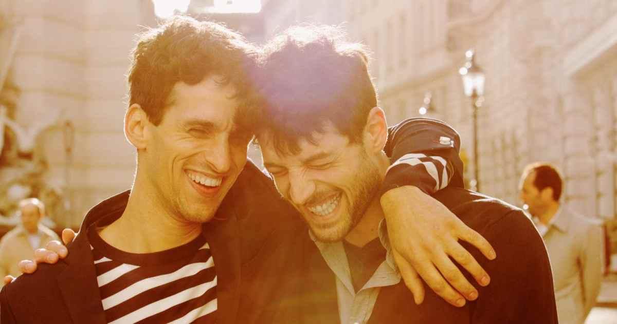 gays sonriendo riendo encuentro saludo